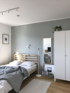 Small Bedroom Ideas - Develop an inviting ambience with these small bedroom deco. Small Bedroom Id Room Design Bedroom, Room Ideas Bedroom, Home Room Design, Small Room Bedroom, Home Bedroom, Master Bedrooms, Trendy Bedroom, Square Bedroom Ideas, Narrow Bedroom Ideas