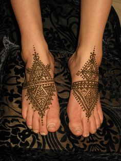 morroccan feet by henna.elements, via Flickr   Found out from the original pinner that this is Moroccan Henna which explains why it's so much more geometric and angular (creating a more tribal effect) than Indian bridal henna, since Morocco is in Africa. Love it.