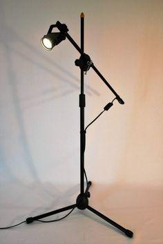 Lámpara modernista de tripie foco ahorrador Leds base tripie Lampara flexible de brazo regulable de altura y extension, ideal para la recamara o sentarse a leer en tu sillón favorito