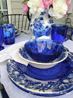 Une table à l'élégance anglaise, avec de la porcelaine décorée de fleurs et de fruits, un accord bleu et blanc et un bouquet de pivoines roses et blanches.