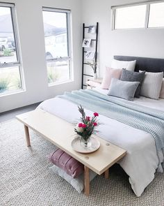20 White Bedroom Ideas that Bring Comfort to Your Sleeping Nest White is the perfect shade of bedroom design for every occasion. It is symbolizing peace and purity. Whether combined with other monochromatic scheme. Minimalist Bedroom, Minimalist Home, Minimalist Apartment, White Bedroom, Dream Bedroom, Master Bedroom, Bedroom Furniture, Bedroom Decor, Bedroom Ideas