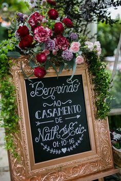 Casamento ao ar livre com paleta marsala, rosa e bordô e clima boho na Casa de Santa Teresa. Chalkart. Quadro negro. Quadro bem-vindos.