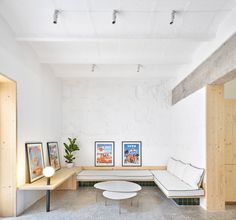 Mariana De Delás created a green-tile garden to keep Palma Hideaway apartment out of sight from the busy streets of Mallorca. Built In Seating, Built In Bench, Built In Shelves, Apartment Plans, Apartment Interior, Polished Concrete Flooring, Small Guest Rooms, White Master Bathroom, Interior Design Minimalist