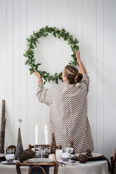 Christmas has a unique place in our hearts, making sense. Christmas in Scandinavia is a particular experience. Scandinavian Christmas is an attractive book. Natural Christmas, Noel Christmas, Modern Christmas, Simple Christmas, Winter Christmas, Christmas Wreaths, Christmas Crafts, Minimalist Christmas, Scandi Christmas