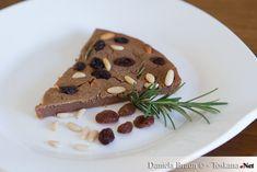 """Bei dem Castagnaccio handelt es sich um einen toskanischen Kuchen, der aus Kastanienmehl, Pinienkernen, Rosinen und Rosmarin hergestellt wird. Es ist ein wahres """"Armendessert"""", denn diese Erfindung entstammt aus Zeiten, als man in der Toskana, insbesondere auf dem Monte Amiata, nur sehr wenig Essen hatte und man versuchte mit dem Wenigen das Beste"""