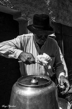 Photo : Au bon beurre, Noir & blanc, Hommes, Scènes de rue, Métiers d'autrefois, Saint sauveur sur tinee. Toutes les photos de Serge AGOMBART sur L'Internaute