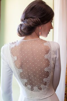 Sin duda la espalda del vestido de María era espectacular, pero logró serlo aún más con el toque de color que esta novia decidió añadir en sus pendientes. ¡Preciosa!