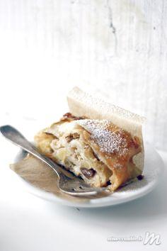 Le strudel aux pommes est un gâteau classique de la pâtisserie d'outre-Rhin. Dégustez-le avec un boule de glace vanille ou de la crème fraiche épaisse.