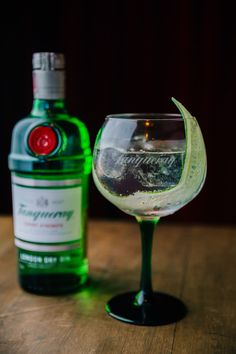 10 drinks with Gin to refresh the hot days - Summer Drinks with Gin: Traditional Gin Tonic - Vodka Cocktails, Cocktail Drinks, Alcoholic Drinks, Tonic Drink, Gin And Tonic, Bebida Gin, Cocktail Videos, Alcohol Bottles, Bar Drinks