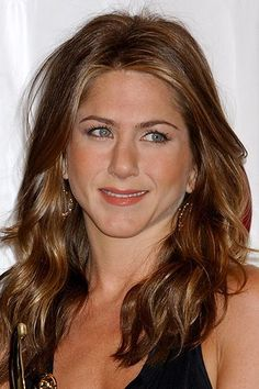 You won't believe some of the 'dos Jen sported before finding her signature hairstyle! Here, we chart her Jennifer Aniston's hair looks through the years. Jennifer Aniston Hair Color, Jennifer Aniston Pictures, Elegant Hairstyles, Diy Hairstyles, Jeniffer Aniston, John Aniston, Honey Hair, Lob Hairstyle, Mc2