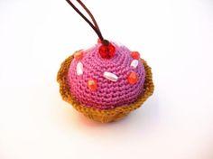 Llavero pastelito hecho a mano en crochet. Puedes elegir el color y los adornos que lleva. También lo puedes usar como adorno para el coche o para colgarlo donde quieras.
