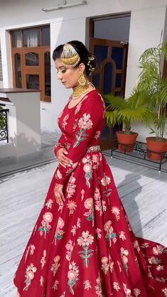 Wedding Lehenga Designs, Designer Sarees Wedding, Lehenga Wedding, Kurti Designs Party Wear, Fancy Dress Design, Stylish Dress Designs, Indian Bridal Outfits, Pakistani Bridal Dresses, Bridal Dupatta
