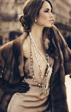 Vintage Hollywood fashion is headlined by style icons Katharine Hepburn and Grace Kelly. Get the chic look easily with these vintage Hollywood fashion finds. Fashion Moda, Fur Fashion, Trendy Fashion, High Fashion, Womens Fashion, Fashion Trends, Classy Fashion, Fashion Shoes, Fashion Dresses