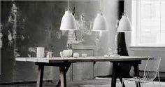 caravaggio lampe Hvit m messing inni Eller grå x 2 over kjøkkenbordet