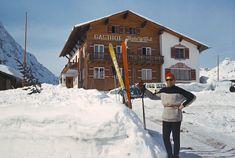 Die Rote Wand im Winter 1963. Skifahren am Arlberg war schon immer ein Highlight für sich. Zu sehen ist der alte Gasthof und links daneben das Schualhus, wo heute der Rote Wand Chef's Table, mit 4 Hauben ausgezeichnet, stattfindet.