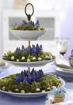 Frühlingsdeko mit Etagere, Moos und Blumen