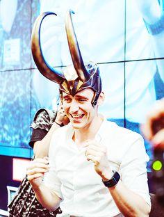 Tom Hiddleston signing autographs and posing with props Marvel Actors, Loki Thor, Loki Laufeyson, Marvel Avengers, Thomas William Hiddleston, Tom Hiddleston Loki, Chris Hemsworth, Loki Helmet, Memes Marvel