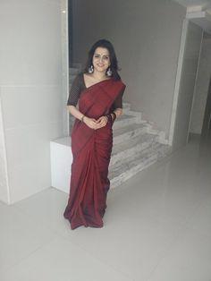 DD in a maroon saree Cotton Saree Designs, Silk Saree Blouse Designs, Saree Blouse Patterns, Maroon Saree, Silk Saree Kanchipuram, Sari Dress, Simple Sarees, Saree Trends, Saree Models
