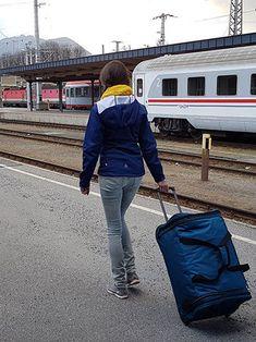 Eine elegante Reisetasche mit Rollen für Geschäftsreisende im Praxis Test ... Praxis Test, Suitcases, Travel, Dime Bags