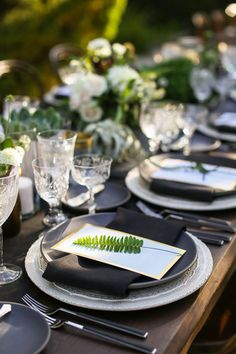 Modern California wedding tablescape | Wedding & Party Ideas | 100 Layer Cake | Rentals by Casa de Perrin
