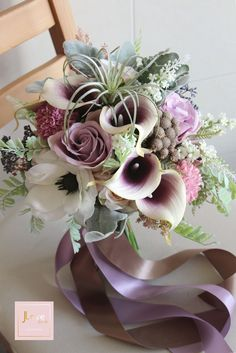 Bridal bouquet in a soft vintage lilac tone