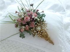 tussie mussie ~ A tussie mussie is a small but fragrant flower bouquet. Small Flower Bouquet, Prom Flowers, Small Flowers, Dried Flowers, Wedding Flowers, Victorian Crafts, Silk Floral Arrangements, Flower Holder, Rose Cottage