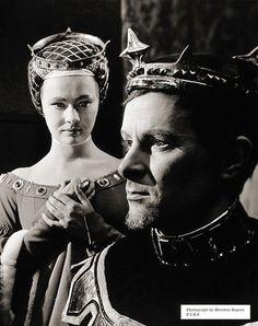 Judi Dench as Isabella and Alec McCowen as Richard II