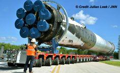 La primera etapa recuperada del Falcon 9 de Space X llega a su hangar del Centro Espacial Kennedy para reacondicionamiento (Julian Leek, 2016)