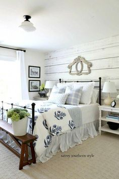 Savvy Southern Style: Sommer Stil Gästezimmer Bauernhaus Schlafzimmer Savvy S Blue And White Bedding, Yellow Bed, Bedroom Furniture, Bedroom Decor, Bedroom Ideas, Cheap Furniture, Furniture Ideas, Shabby Bedroom, Romantic Bedrooms