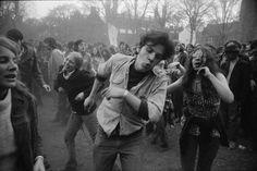 Garry Winogrand (1928-1984) est peu connu du grand public. Il est pourtant un grand photographe américain, de ceux qui ont su capturer leur époque pour en révéler les moeurs et les habitudes,au même titre qu'Evans, Frank, Friedlander ou Klein.Dès les années 1950 et jusqu'au début de la décennie 1980, Garry Winogrand a photographié la vie …
