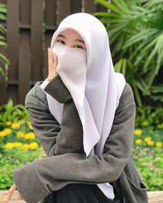 """muna (มีไอจีนี้ไอจีเดียวค่ะ)😻 on Instagram: """"เป็นตัวของตัวเองไปเถอะ ไว้ถ้าไม่โอเคค่อยลองมาเป็นของเรา🤣🐻🍃"""" Arab Girls Hijab, Muslim Girls, Muslim Couples, Muslim Women, Beautiful Dress Designs, Beautiful Hijab, Hijab Niqab, Hijab Chic, Niqab Fashion"""