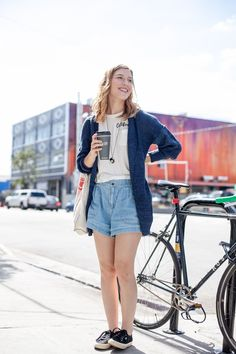 Dress down in a plain t-shirt, denim shorts and a cardigan. The perfect pairiing for fall in Los Angeles.