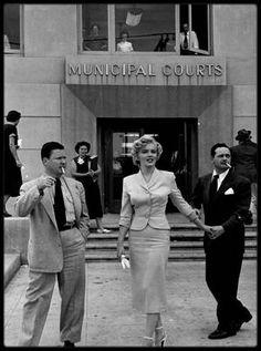 26 Juin 1952 / (PART III) Marilyn fut appelée à témoigner devant le juge Kenneth HOLADAY dans le procès contre Jerry KAUPMAN et Morie KAPLEN, accusés de vendre des photos de nus par correspondance et d'avoir utilisé à cette occasion le nom de Marilyn pour leur publicité. Roy CRAFT, publicitaire à la Fox était à ses côtés. Joe DiMAGGIO la soutient à cette occasion qui lui valut encore plus la sympathie du public. La rumeur d'un mariage imminent entre eux commença à courir dans tout…