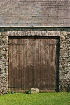 Old wooden doors on a stone barn with a slate roof. Old Barn Doors, Old Wooden Doors, Double Barn Doors, Stone Barns, Stone Houses, Old Barns, Country Barns, Country Life, Door Detail