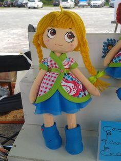 Muñeca de trapo rubia de trenzas, cosida y pintada a mano. Vestimenta y calzado hecho a mano. El vestidito se puede quitar y poner.