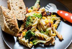 Nudeln in Salzwasser nach Packungsanleitung bissfest garen. Mit kaltem Wasser abschrecken und kalt stellen.Währenddessen den Brokkoli putzen und in Röschen teilen, größere Röschen halbieren. ... Pasta Salat, Snacks, Gluten Free, Healthy, Kitchen, Carrots, Noodles, Noodle Salads, Sin Gluten