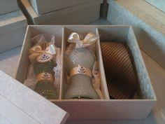 Caixas - design exclusivo, com divisórias  para aromas e gravatas.  Para  os  casais - caixa com uma gravata e Kit aroma Wind Rosemary ( home spray e sabonete liquido)  . Para  as  solteiras - caixa com kit aroma (home spray & sabonete)  Para os padrinhos solteiros caixa para gravata. A cor escolhida off white em arabesco compose  jacquard  listras. Cor :Pérola com fita gorgurão Off White. As caixas contem home spray 120 ml e sabonete artesanal 250 ml.