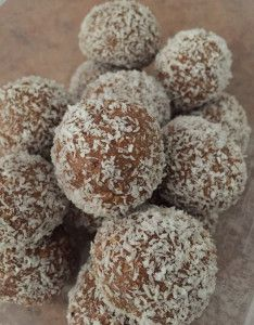 Milo balls milk arrowroot biscuits (crushed) sweetened condensed milk 4 tablespoons milo desiccated coconut for rolling Easy Sweets, Sweets Recipes, Easy Snacks, Healthy Snacks, Healthy Mummy, Baking Desserts, Tea Recipes, Quick Recipes, Dinner Recipes