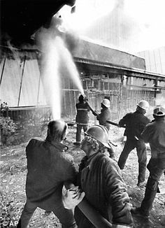 MGM Nov 20th 1980 Big Fire.  www.all-chips.com has chips for sale from here.... Construction workers employed at the 760-room addition to the MGM Grand Hotel joined firefighters in battling the November 21, 1980 blaze Black N White Images, Black And White, Atlantic City Casino, Las Vegas, Bad Hotel, Still Standing, Nov 21, November, Nevada