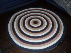 tapete confeccionado em crochê <br>material utilizado barbante algodão <br>cores: marinho//bege//branco//vinho <br>produto lavável