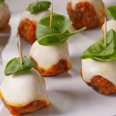 Meatball Parm Skewers Delish- sub turkey or chicken! Bridal Shower Appetizers, Appetizers For Party, Christmas Appetizers, Christmas Snacks, Bite Size Appetizers, Christmas Cooking, Appetizers That Go With Wine, Heavy Appetizers, Popular Appetizers