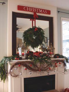 Decoração de Natal com guirlanda na lareira.  Fotografia: http://www.decorfacil.com