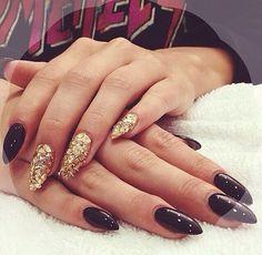 Laque Nail Bar. UGH that double pierced nail <3