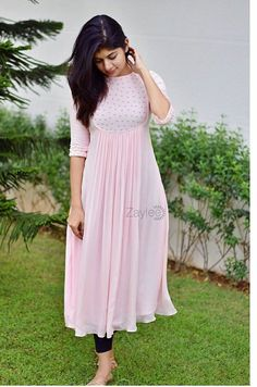 Simple Kurta Designs, Stylish Dress Designs, Kurta Designs Women, Designs For Dresses, Stylish Dresses, Blouse Designs, Stylish Kurtis Design, Churidhar Neck Designs, Indian Fashion Dresses