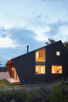 里山に建つ家: 土岐建築デザイン事務所が手掛けたtranslation missing: jp.style.家.modern家です。