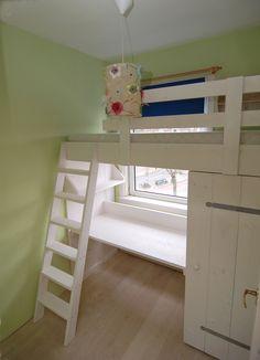 Ook voor een kamer van nog geen 2x2m kan muramura.nl een mooie oplossing ontwerpen en maken, zoals deze halfhoogslaper met kast en bureau!
