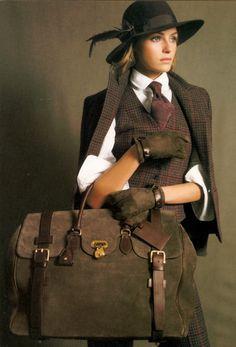 Kleuren donkere herfst. Het wit niet! Het jasje wordt als zakelijk gezien. Hoef en tas even wegdenken.
