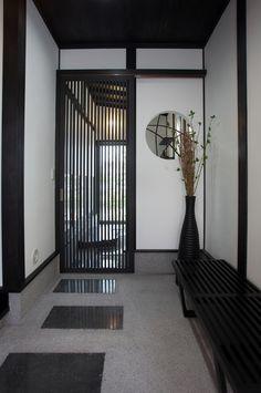 """リビングは床に座る日本本来の""""床座リビング""""を提案。床に座ることで吹き抜けを一層、開放的に感じます。漆黒の無垢フローリングはハンドスクレイプ加工をしたもので、温もりのある質感を演出します。 ... Modern Japanese Interior, Japanese Modern House, Chinese Interior, Japanese Home Decor, Japanese Architecture, Interior Architecture, Interior And Exterior, Japan Design, Japan Interior"""