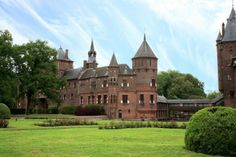 De Haar Castle is probably one of the most visited castles in the Netherlands. This marvellous castle was built from 1892 till 1912 on the remains of the large 15th century original castle ruins.
