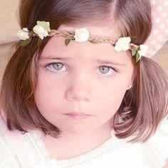 Diadema trenzada con flores para bebé   Cinta para el pelo con elástico adaptable a varios tamaños. Ideal para sacar fotos a bebés y a niñas. Tiene una trencita de serraje en la que van enrolladas pequeñas flores, para que tu hija parezca un hada. 12,50 €